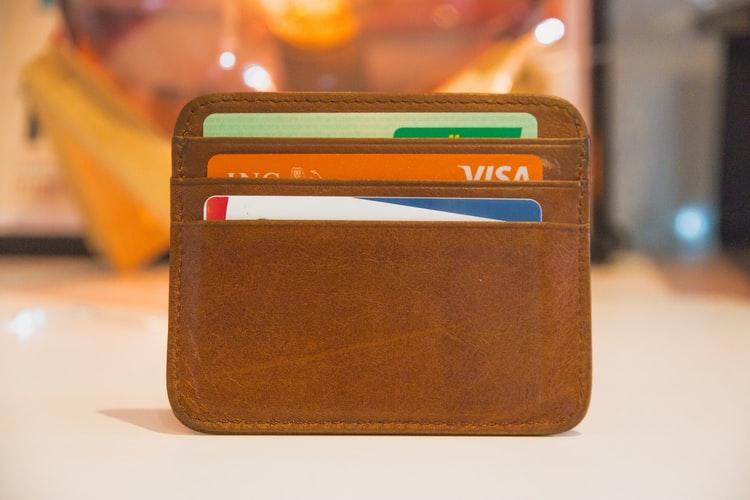 Czym jest debet w rachunku i jak działa?